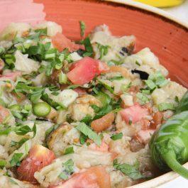 סלט חצילים קלויים, עגבניות ופלפל ירוק חריף